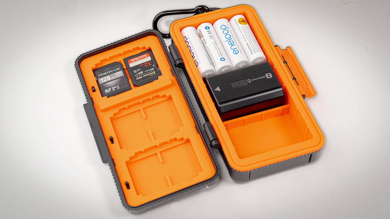 The LensGo D950 - a hard case for memory cards and batteries